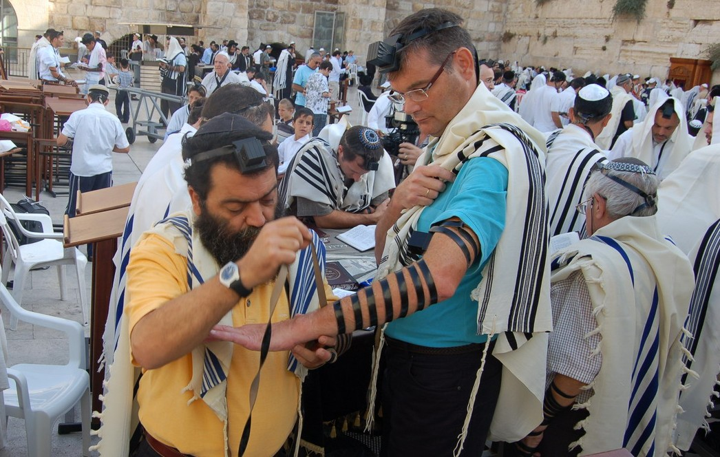 putting-on-Tefillin-at-the-Western-Wall-e1391284966143